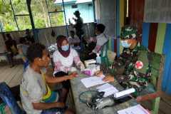 Satgas TNI beri layanan kesehatan posyandu warga perbatasan RI-PNG